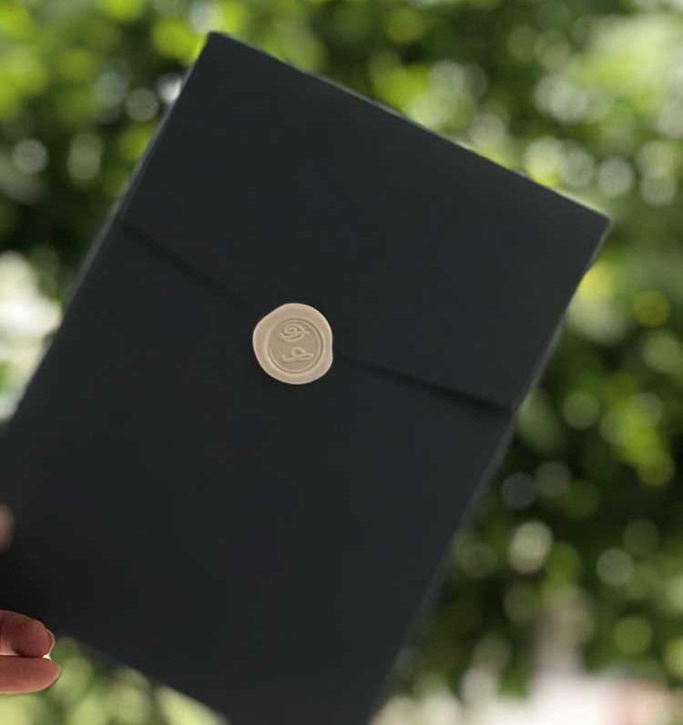 φακελος σε σκούρο χρώμα