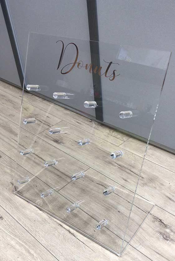 κατασκευη για τοποθέτηση donuts από plexiglass